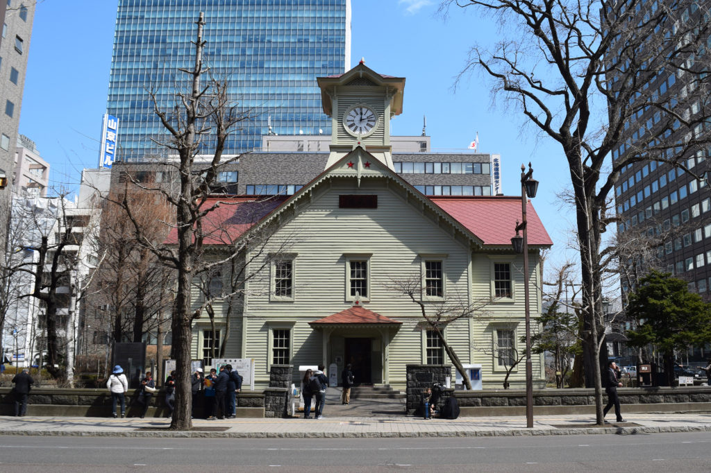 ビルに囲まれた意外と小さい札幌時計台