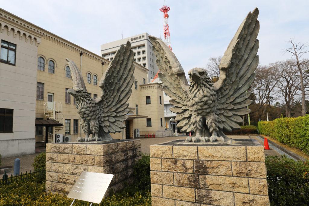 豊橋市公会堂にある市制25周年を記念した4頭の鷲の像
