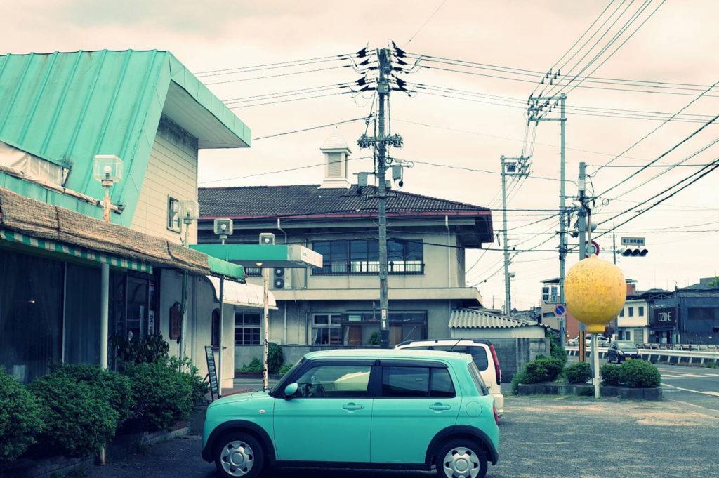 レモン型のオブジェが目立つ喫茶店サンレモンの外観