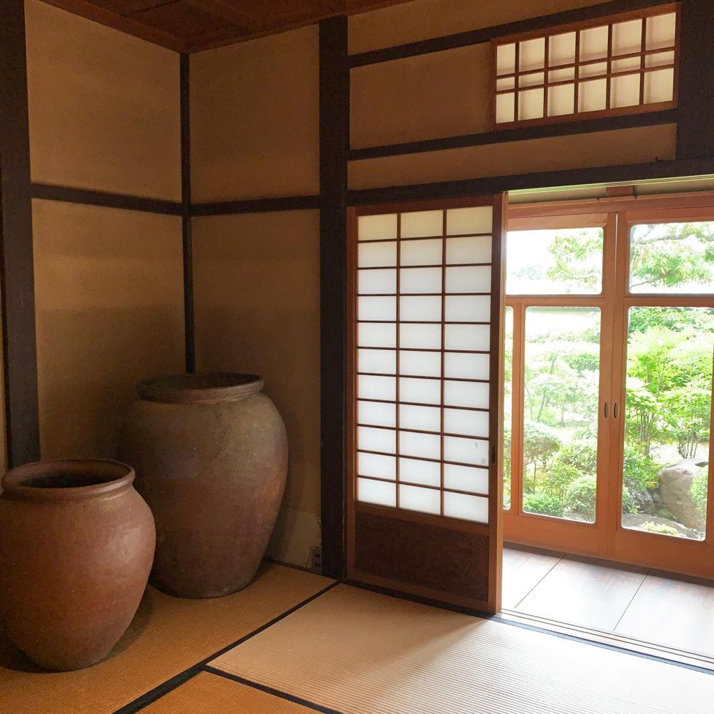 大きな壺のある和室