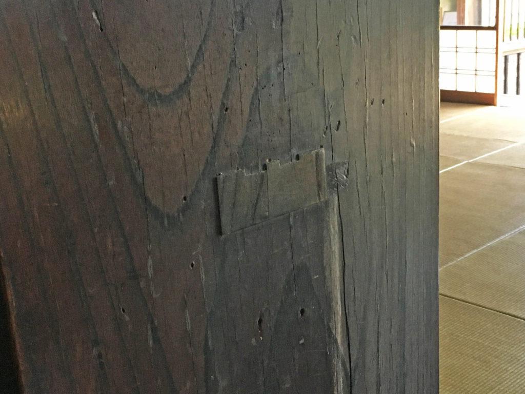 柱の修復跡