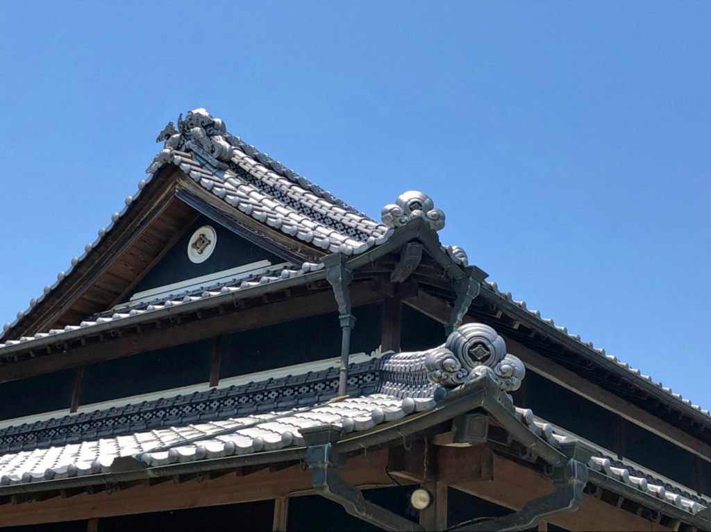 瓦が迫力ある屋根