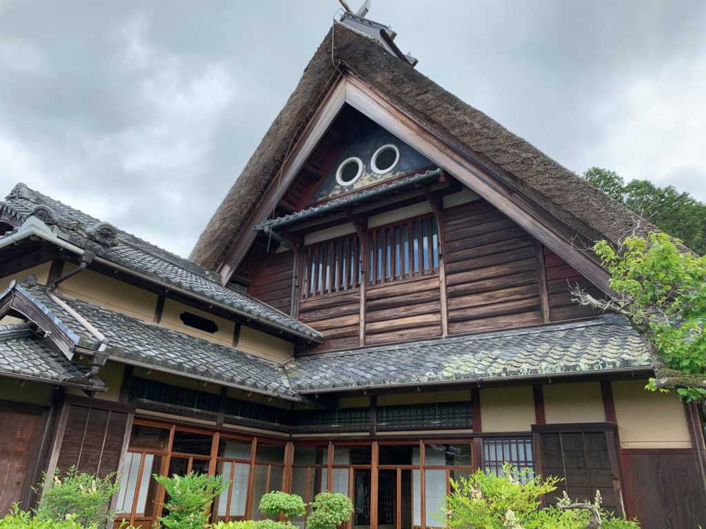 ⼩屋組がトラス構造の茅葺屋根