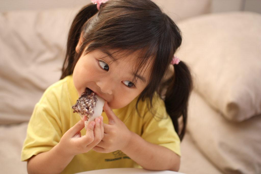 水無月を食べる子供