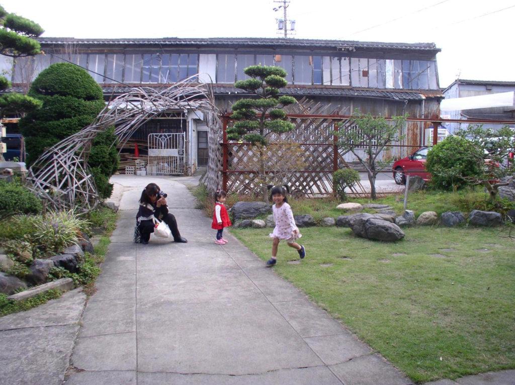 ノコギリ屋根の工場で遊ぶ子供たち