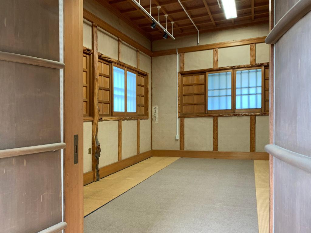 書斎蔵のもみ殻や炭⽕などを使った床暖房