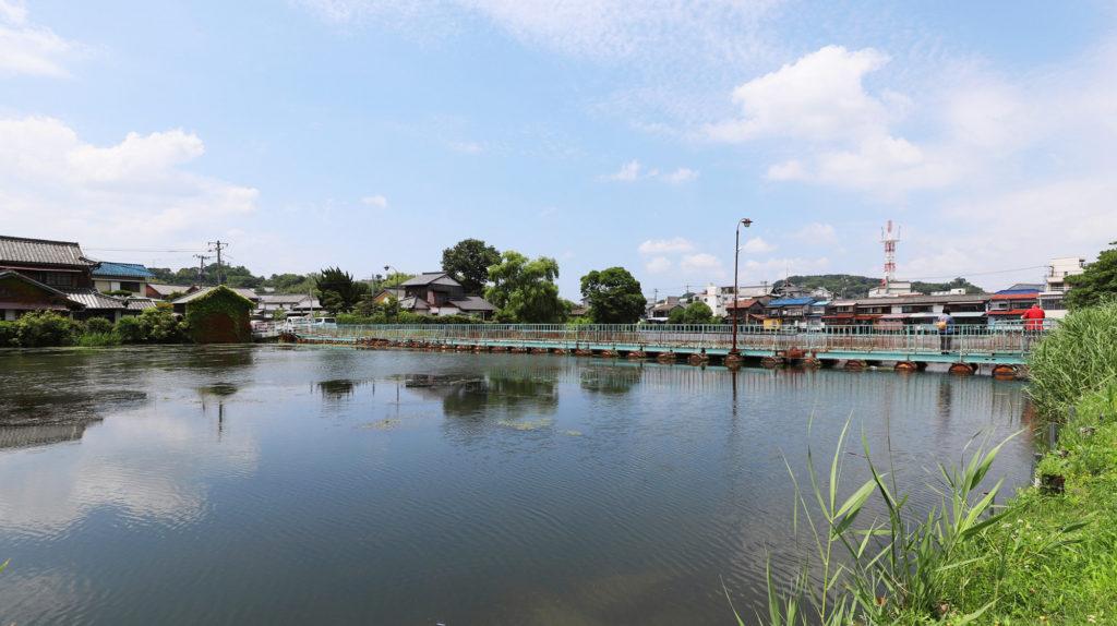 倉敷市玉島の川にかかるドラム缶橋