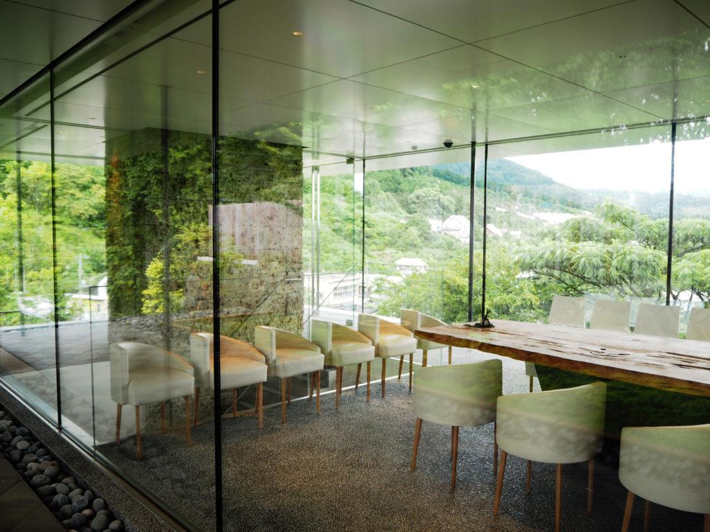 江之浦測候所のガラス張りの待合棟には樹齢1000年を超える屋久杉のテーブルがある