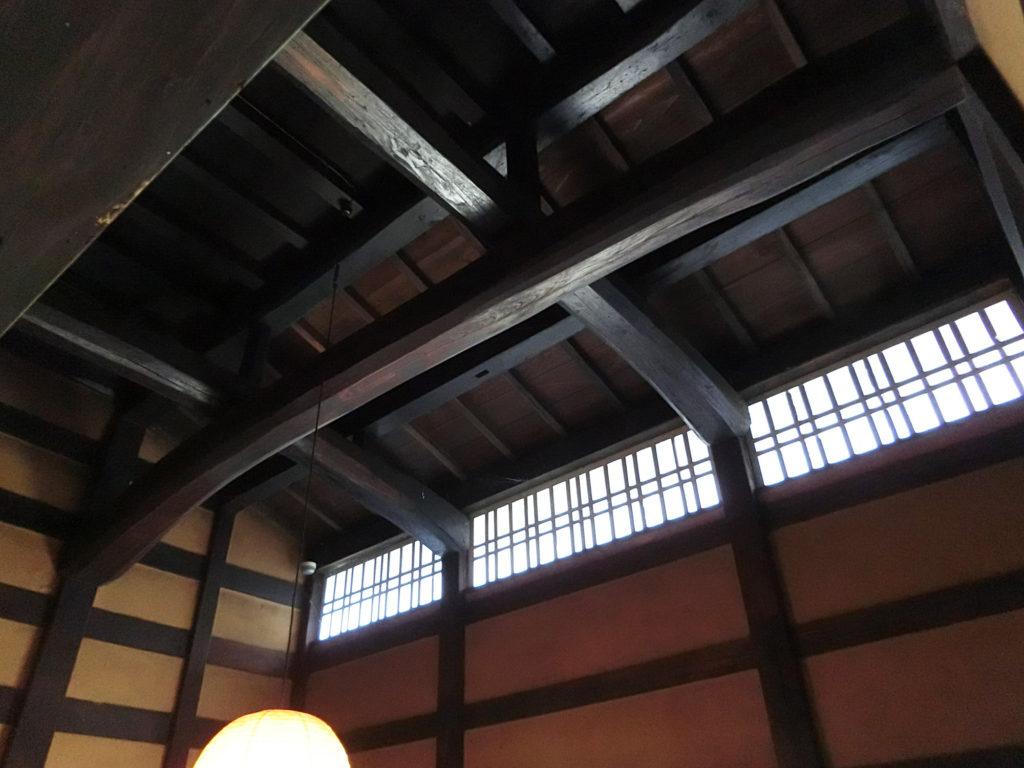 天井の梁と明かり取りの窓
