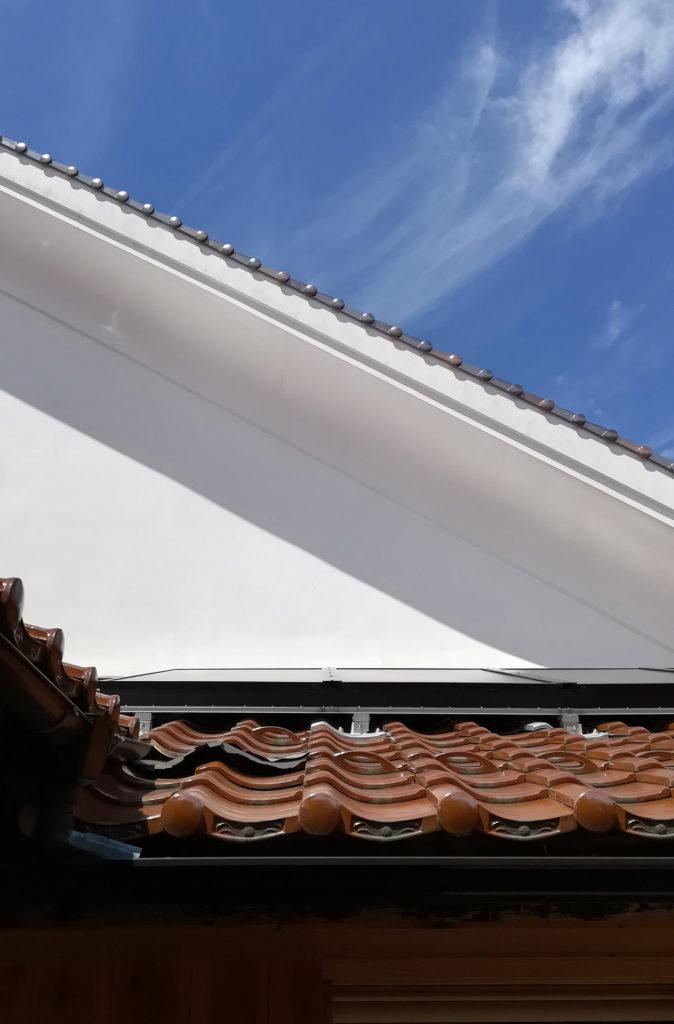 瓦屋根に設置されたびおソーラー
