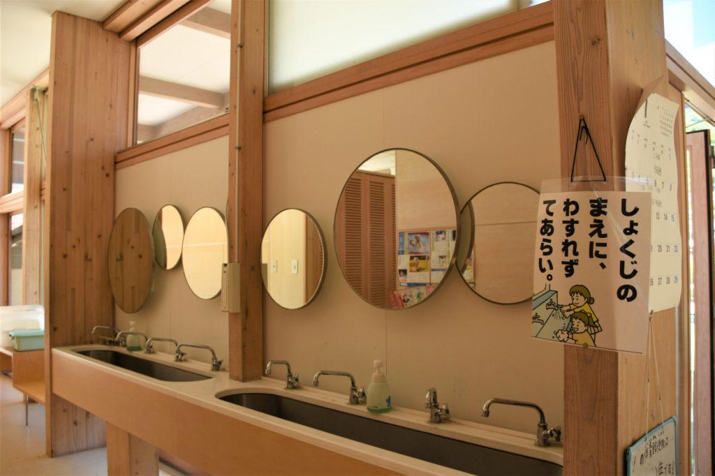 丸い鏡がおしゃれな学校のトイレ
