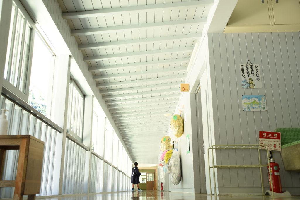 白く明るい小学校の廊下