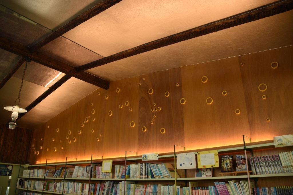星空をイメージした図書館の壁