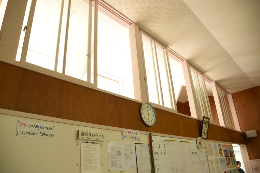 高窓から光が降り注ぐ教室