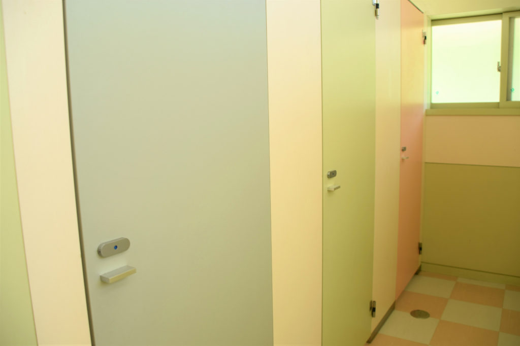 カラフルなトイレのドア