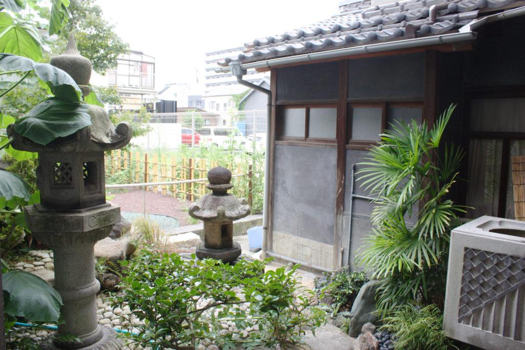秋寅の館の灯籠がある小さな庭