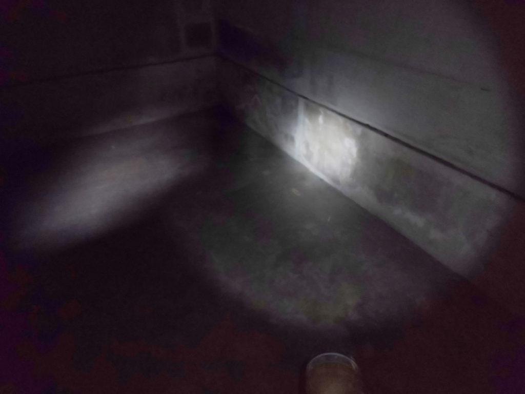 地下防空壕は真っ暗