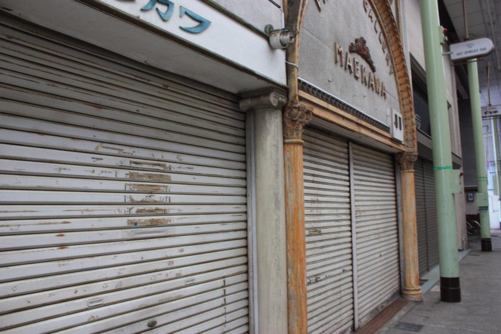 シャッターが降りた店が多い香川県通町商店街の