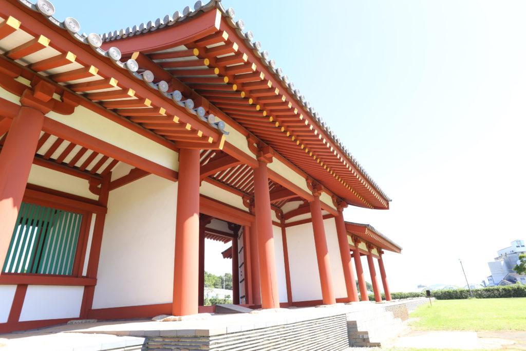 ヤリガンナ仕上げと朱塗りの柱