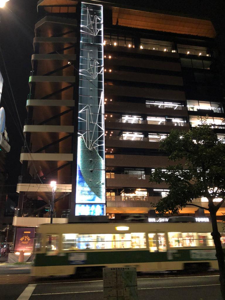 ライトアップされた夜のおりづるタワー