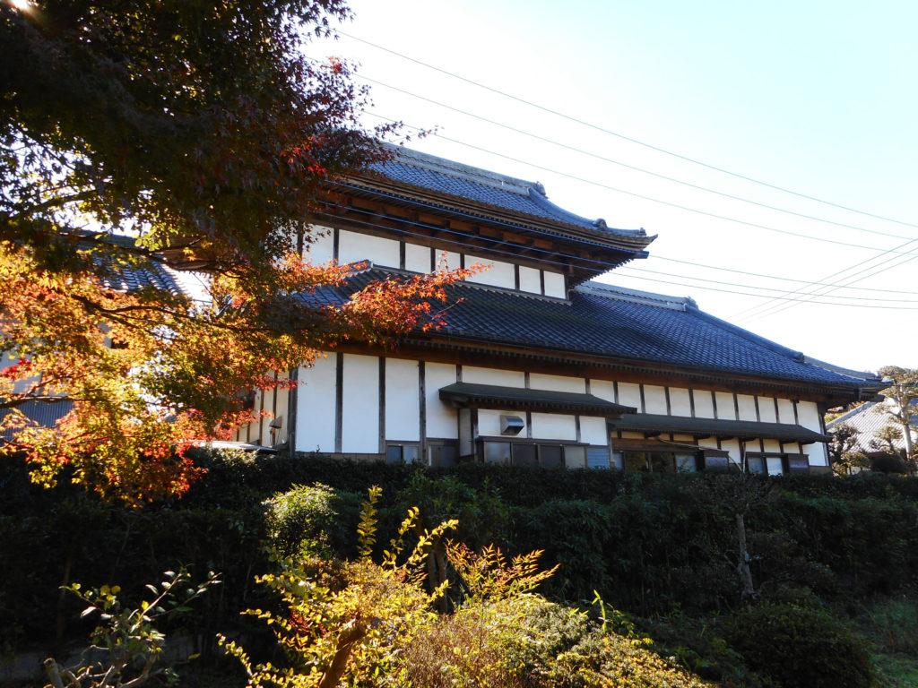 伝統的な造りの屋敷とそれを囲む樹木