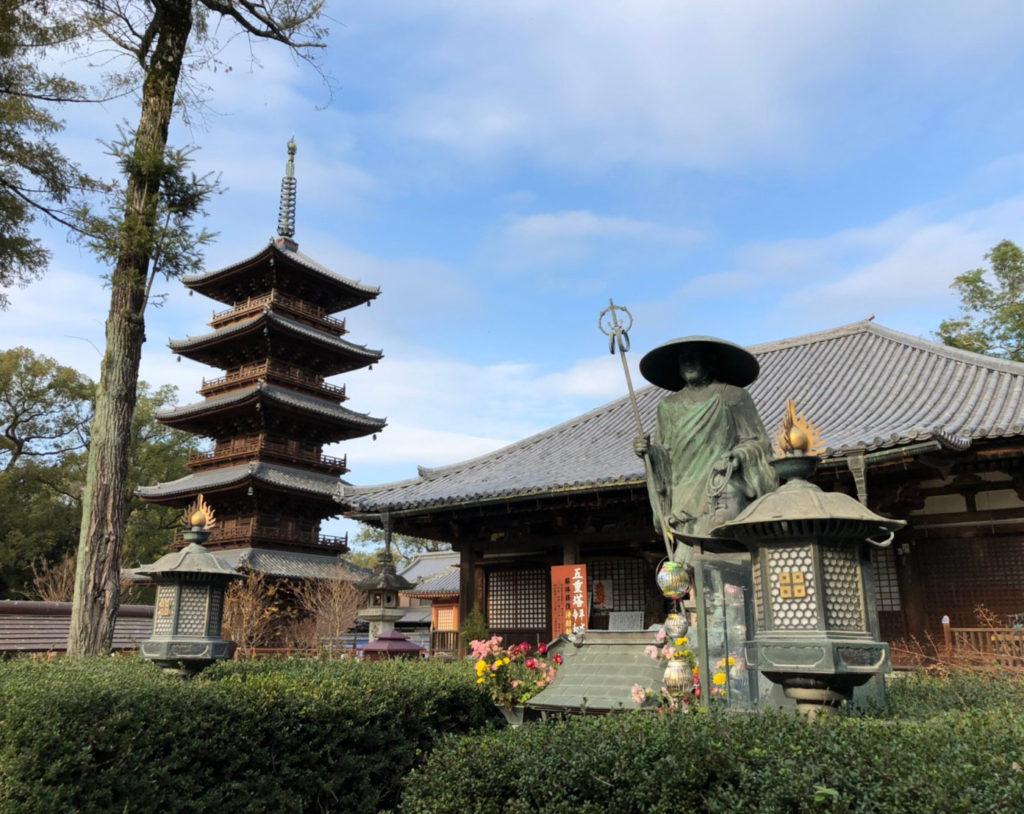 本山寺の弘法大師像と五重の塔