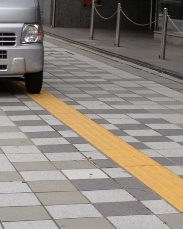 点字ブロック上に路駐