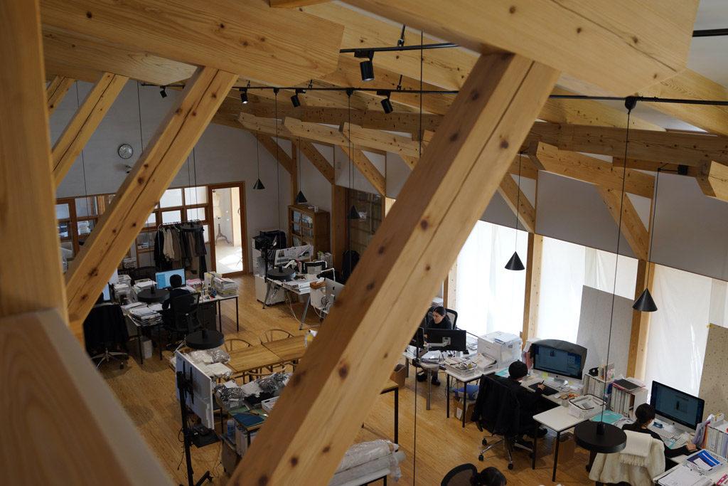 木の梁が美しいコトリワークスのオフィス