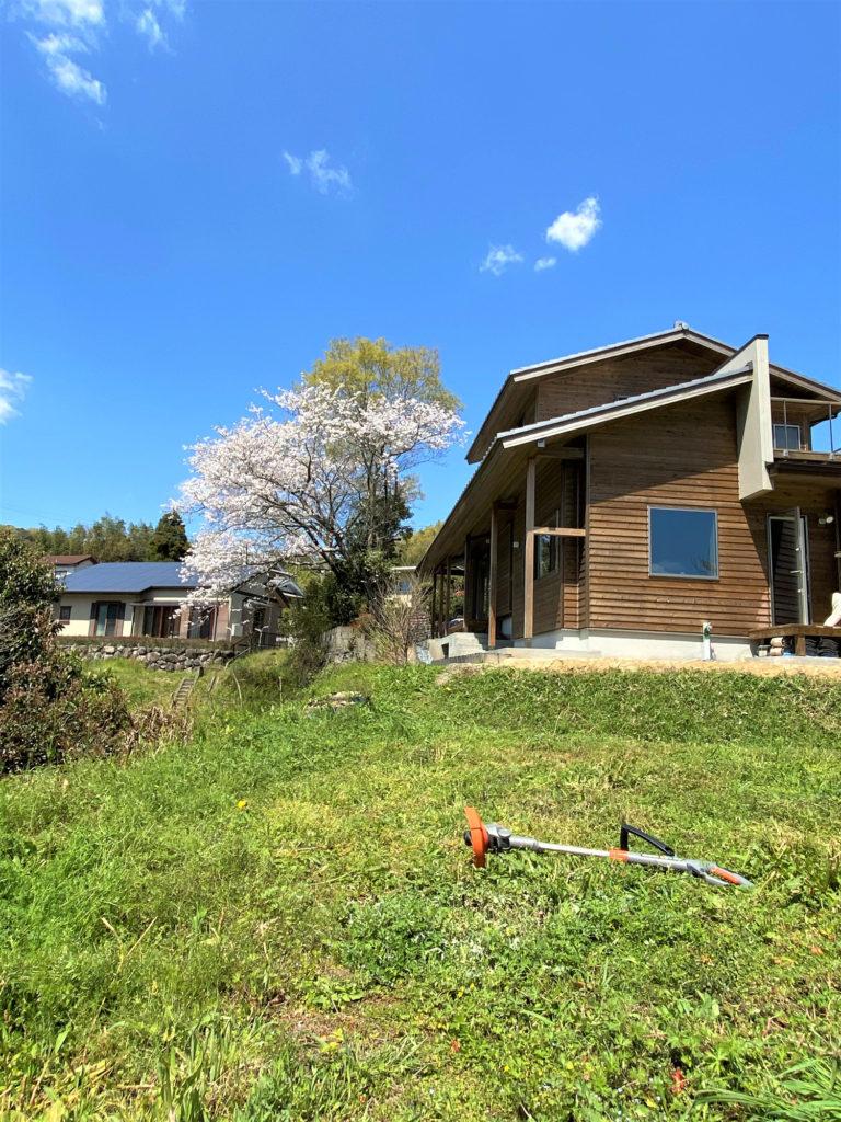 草刈り中の木楽舎モデルハウス青RINGO木上