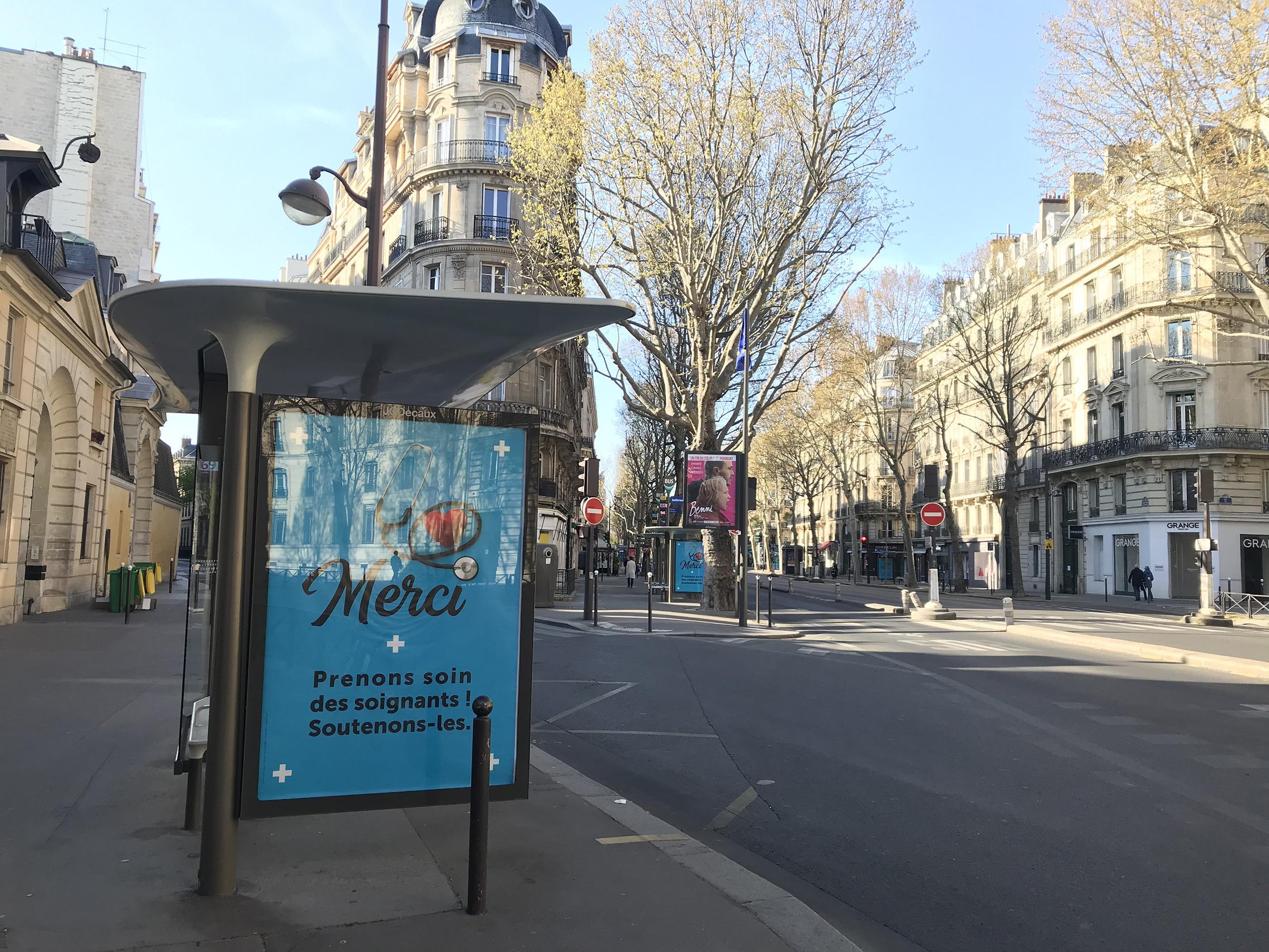 ところかわれば パリのバス停