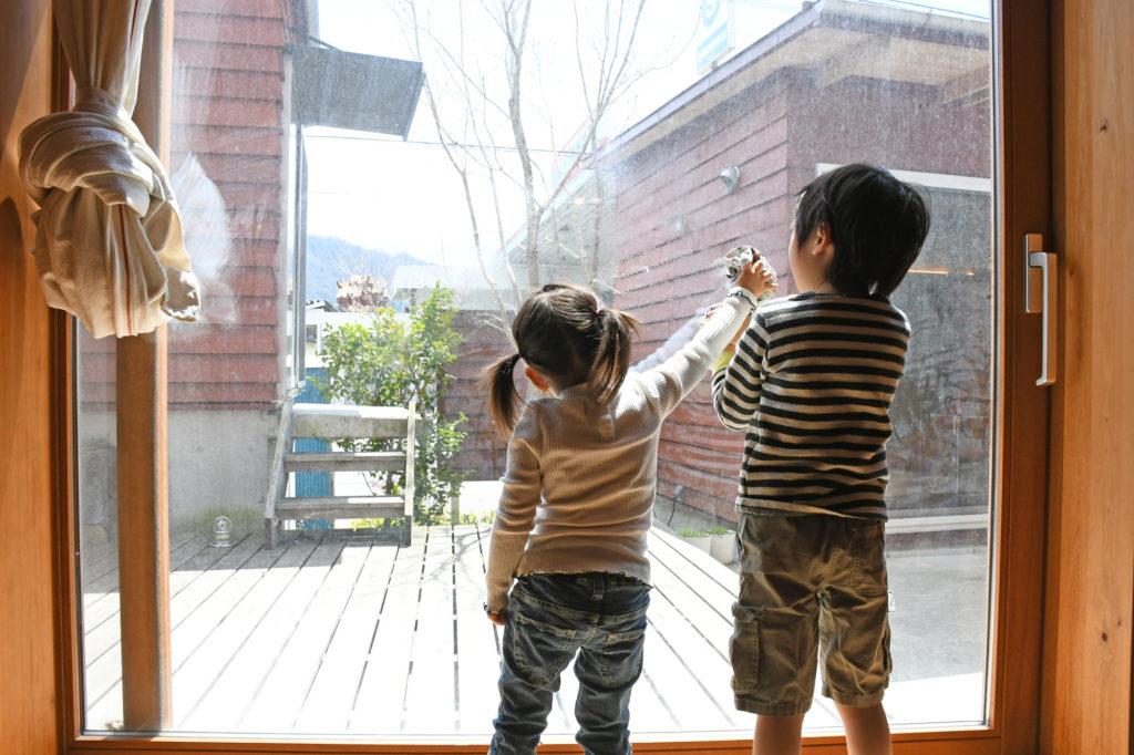 窓掃除をする兄妹